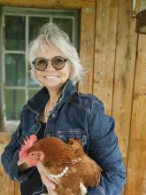 Au début de sa carrière, elle excelle en fleuristerie. En 1987,  elle se classe parmi les 10 premières désigners de son art au Québec lors de la coupe Gian Rocco. Puis, elle répond à l'appel du milieu communautaire pour y passer les 20 dernières années avant de prendre sa retraite. En 2019  elle se  tourne vers le conte. Sa démarche artistique d'une visée sociale est animée par ses valeurs profondes rattachées au milieu communautaire, c'est-à-dire, la solidarité, l'entraide, l'empowerment et l'équité. Retra